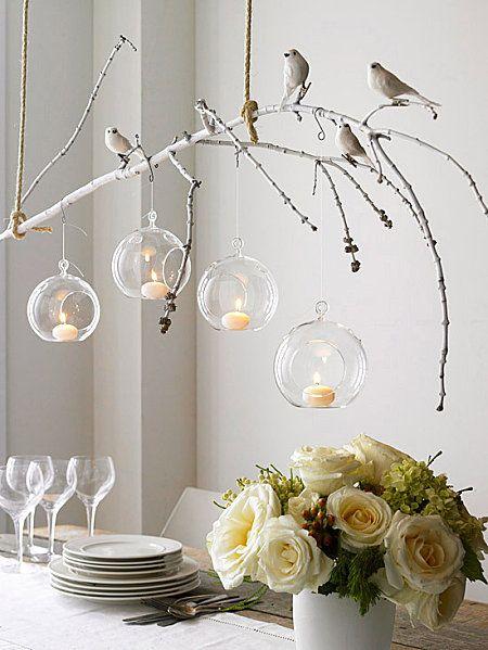 Une jolie branche accrochée au plafond ou au luminaire, des ptits oiseaux déco sur pincettes et des boules transparentes à remplir pour une déco de table légère et romantique à souhait...