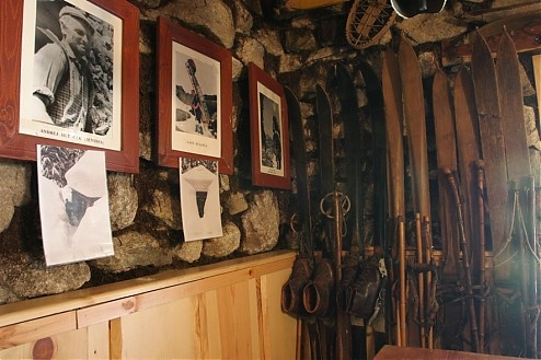 Rainerova chara. Najmenšia chatka sa môže tešiť návšteve mnohých turistov. Nenáročným chodníkom sa k nej dostanete z Hrebienka. Čaká Vás tu menšie občerstvenie, suveníry a minimúzeum tatranských nosičov, ktoré ukrýva malú expozíciu histórie a súčasnosti horských nosičov, zbierku starého horolezeckého náradia a starých lyží. Čítajte viac na: http://mameraditatry.wordpress.com/2012/02/28/rainerova-chata-vysoke-tatry/