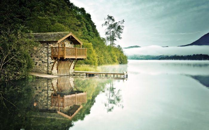 Одинокий каменный дом на реке.