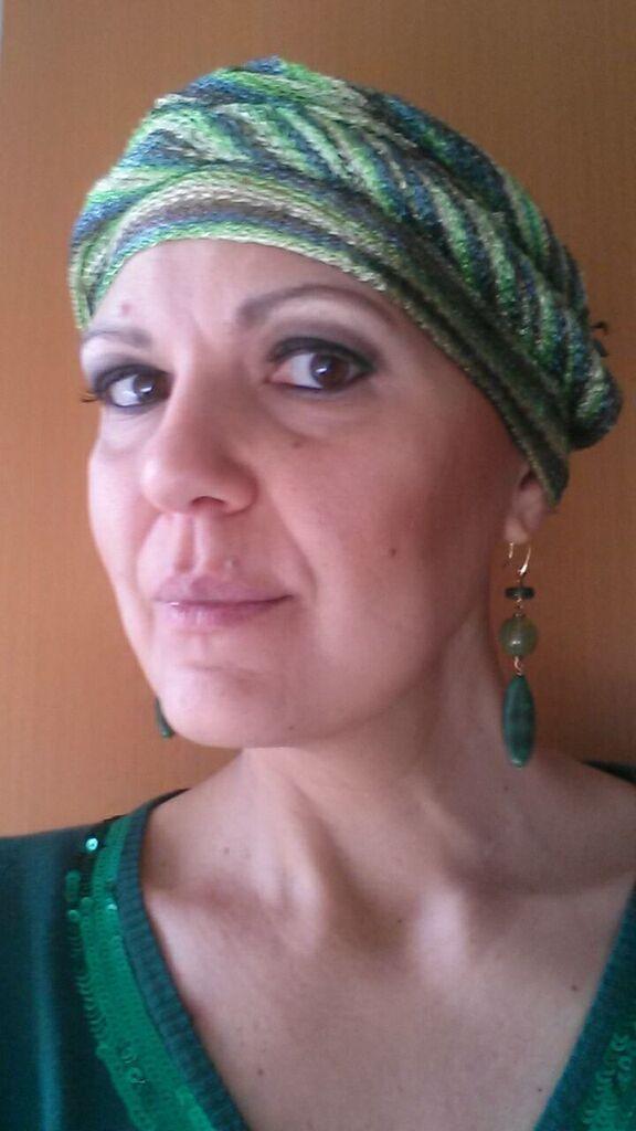 Turbante verde con orecchini lunghi di pietre dure e maglioncino in tinta con strass...d'effetto!