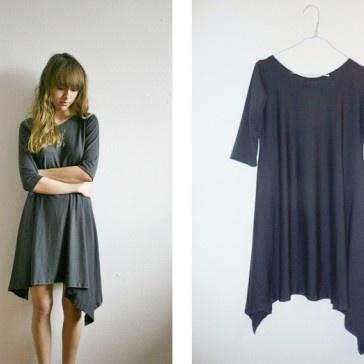 Minimalistyczna sukienka z dzianiny wiskozowej. Materiał się pięknie układa na ciele.