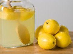 Le citron dans de l'eau non calcaire(alors éviter les eaux en bouteille,qui sont des eaux minérales!!).Donc mettre du citron dans de l'eau du robinet (moins calcaire que l'eau en bouteille) est un détoxifiant du foie. Cure de huit jours,remplacera l'eau ordinaire.
