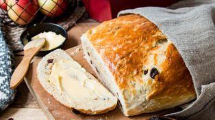 Gjærbakst er en populær avveksling til de søte julekakene og konfekten. Denne kransen er fylt med herlig julekrydder, som får det til å dufte jul på kjøkkenet! Rosiner og sukat gir god smak. Server kransen gjerne samme dag den er laget så den er helt fersk, og dekorer med melisglasur rett før servering. Tips: Denne kransen er kjempefin å fryse uten melisglasur. Sett den tinte kransen en kort stund i ovnen, så smaker den som nystekt. Oppskrift av: Kristine Ilstad/Det søte liv Foto:...