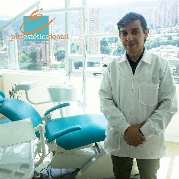 Soy el Odontólogo #AlfonsoAriza Director Clínico de la Clínica Alta Estética Dental. Soy egresado de la Universidad del Bosque de la ciudad de Bogotá, estudié Cosmética y Rehabilitación Oral en la universidad de New York e Implantología y Reconstructiva en UNICID de Brasil.