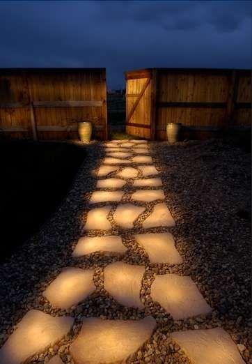 Faça um caminho de luz até a sua casa! Pinte as pedras com tinta que brilha no escuro e depois de um dia ao sol, elas irão brilhar no escuro da noite!