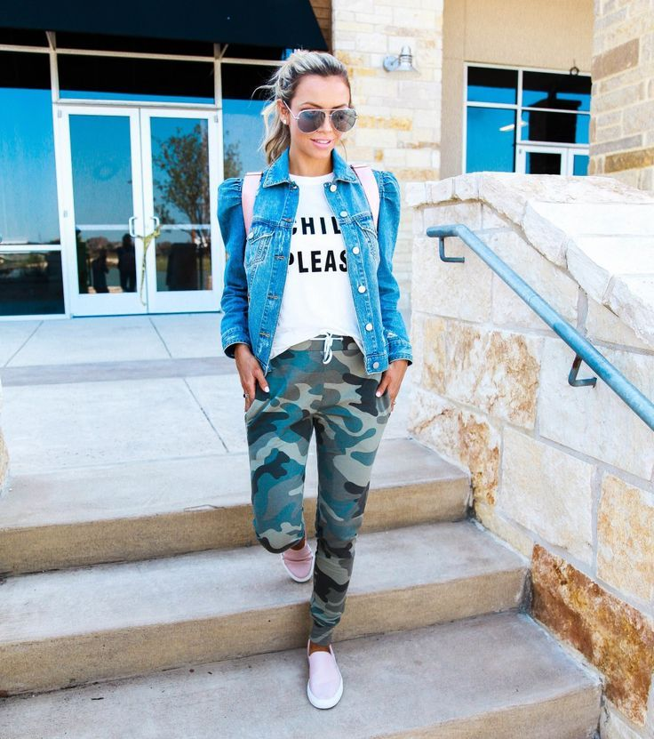A simple but stylish mom outfit, perfect for running errands! Camo pants  and graphic