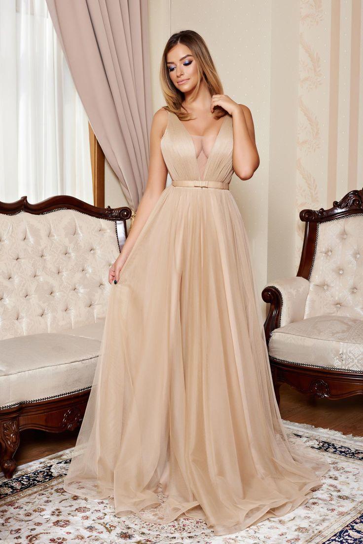 Rochie Ana Radu First Lady Cream. Rochie lunga, de seara, din voal, captusita pe interior. Este o rochie deosebita, iar in partea bustului este intarita si are un voal nude. Se poate purta fara sutien sau cu sutien din silicon. Este potrivita pentru nunta, botez sau alte ceremonii speciale.