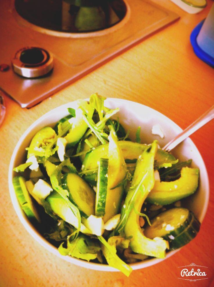 Авокадо с зеленью. 56 ккал. Ингредиенты:салат, 1пучок рукколы, 1 крупный авокадо, 2ст.л.сметаны, 1лимон, 2 яйца, 4ст.л.оливкового масла, соль. Приготовление: Салат вымыть. Яйца сварить вкрутую. Авокадо разрезать вдоль и удалить косточку. 1ч.л.оставить для соуса. Все нарезать ломтиками. В бледере смешать сметану, сок лимона, масло и авокадо. Выложить на блюдо салат, дольки авокадо, яйца, соус подать отдельно. Приятного аппетита!!!