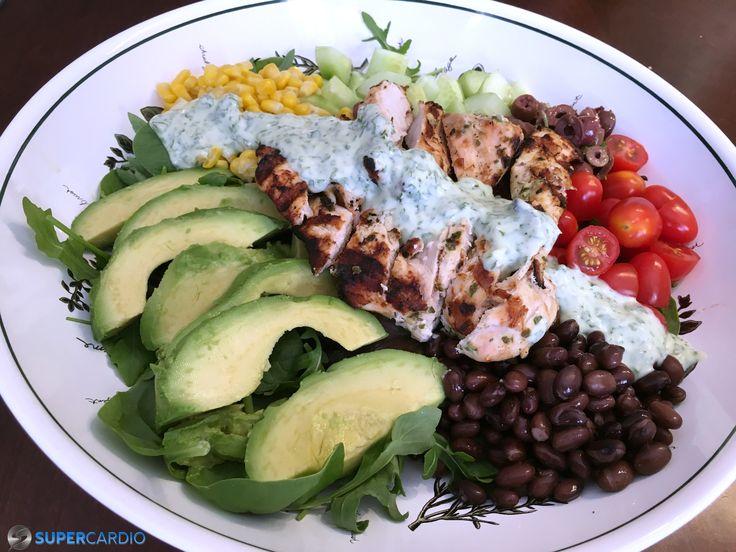 Salade mexicaine avec vinaigrette à la coriandre et yogourt grec : lanières de poulet grillé, avocat, maïs, haricots noirs, ...