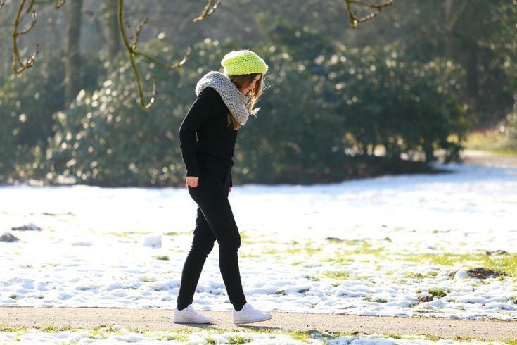 lime beanie, chunky beanie, river island beanie, & other stories, nike son of force, vanharen nike sneakers, cheap monday tube scarf, cheap monday diagonal scarf, sporty, winter outfit, sneeuw, outfit sneeuw, fashion is a party outfits, warme truiendag, zwarte broek, groene beanie, warme sjaal, dikke sjaal, grijze sjaal, cirkelsjaal, nike air force 1