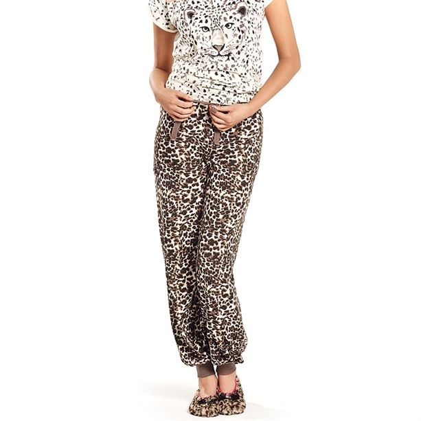 Leopárdmintás leggings, krémszínű felsővel.