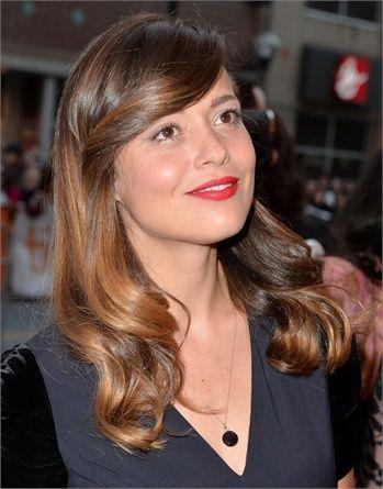 Valeria Bilello - Look anni 40 con capelli lunghi e il ciuffo a onda piatta sulla fronte