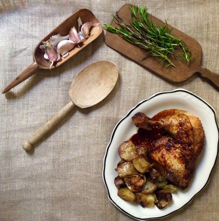 Platos del día. Pollo asado con patatas al horno con ajo y Romero