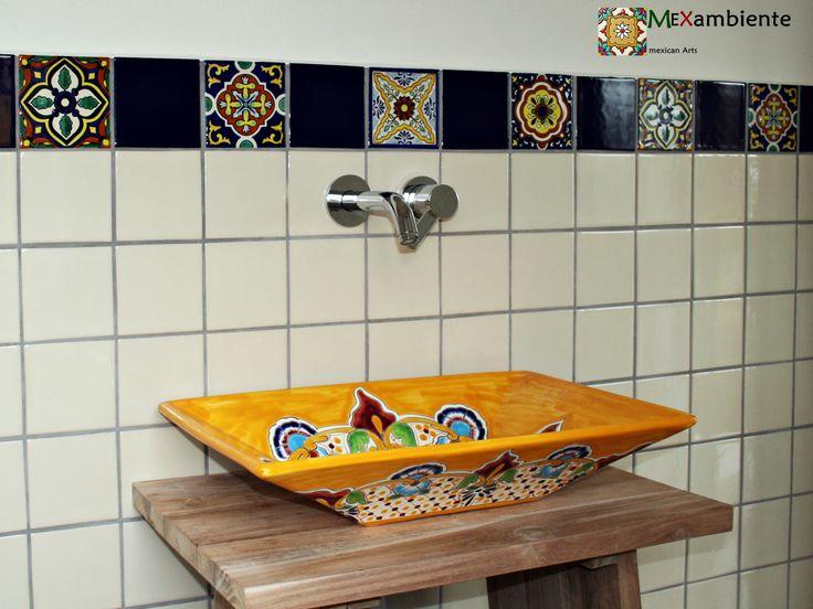 Schönes Gäste WC mit Flair aus Mexiko. Hier ein rechteckiges mexikanisches Waschbecken mit Muster sowie die mexikanische Fliesen als Bordüre machen dieses Bad ein echter Hingucker. #badideen #waschbecken #waschtisch #waschtischkonsole #mexikanischewaschbecken #fliesen #Farbenreich #mexambiente