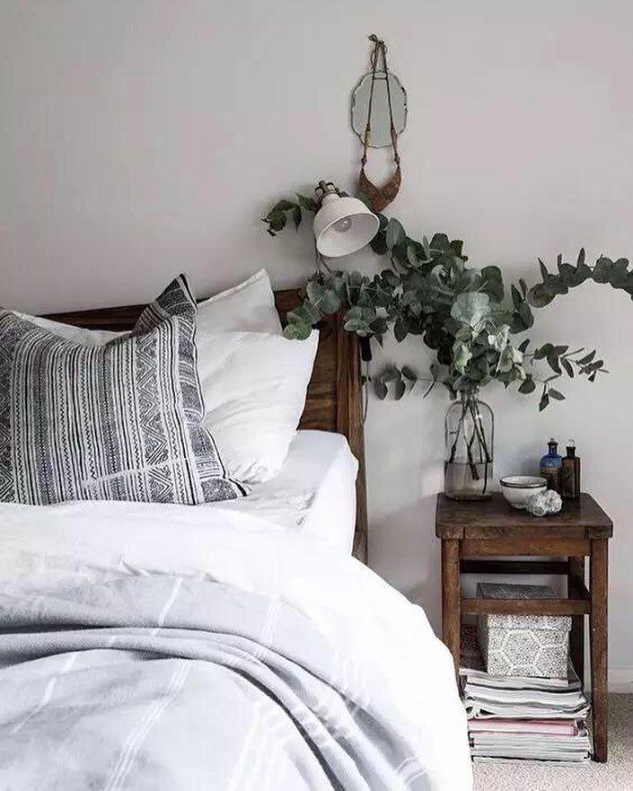 O quarto merece um cuidado especial para um sono renovador. As plantas deixam o ambiente leve e agradável além de transformar a energia do local  #decore #inspiração #interiordesign #inspiration #homedesign #homesweethome #home #decoracao #happy #estampas #arquiteturadeinteriores #almofadas #quadros #moblybr #mobly #design #magnifique #love #bedroom #instahome #instadesign #homedecor #decor