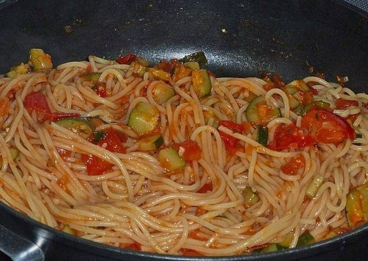 Spaghetti is altijd lekker, maar deze is vegetarisch met lekkere groente en kruiden, op smaak gebracht met Parmezaan en balsamico. Echt een lekkere lichte...
