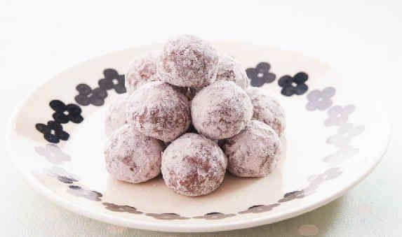 <料理サプリ>ココアスノーボール  ころっとした形がかわいいスノーボール。中にいちごチョコを入れ、サプライズ感があります。粗熱が取れた頃がチョコがとろっとしていて美味!焼き立てもぜひ味わって。粉糖は2回に分けてかけるのがポイントです。