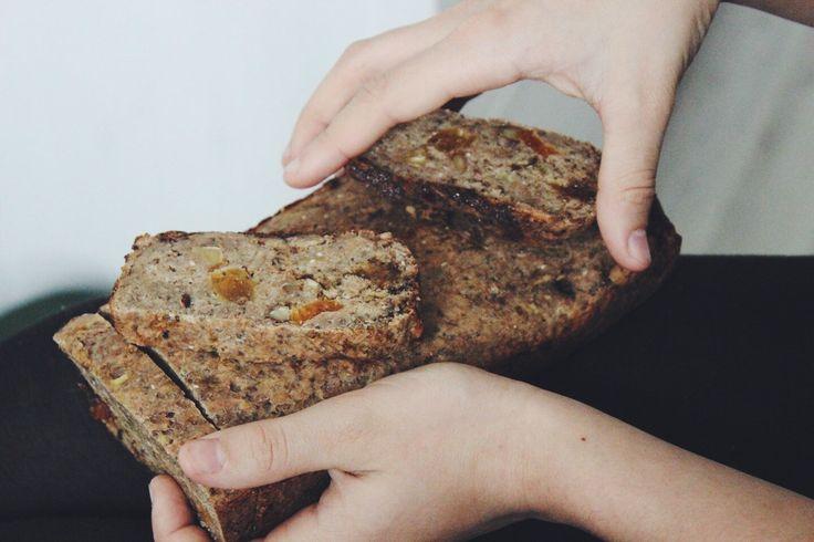 Каждый раз, когда дом окутывает запах бананового хлеба, мы мысленно переносимся на любимую Шри-Ланку, где впервые попробовали этот хлеб. Там очень милая женщина из Голландии открыла кофейню с несво…