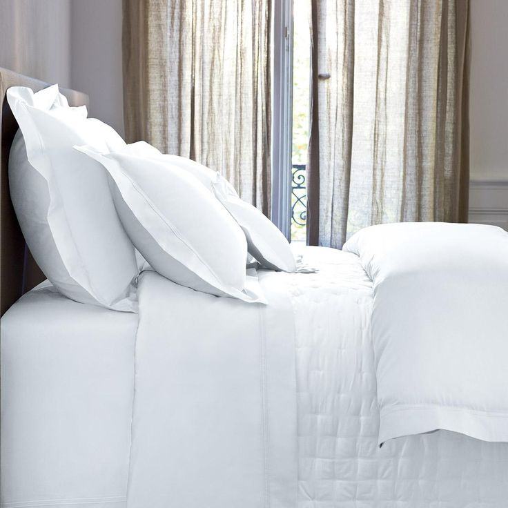 La finition, classique et moderne à la fois par son raffinement discret, est un double point sellier ton sur ton, encadrant les taies d'oreiller et la housse de couette.  Modèle Triomphe, parure 100% satin de coton peigné longues fibres 120fils/cm².  Un intemporel Yves Delorme qui se décline en 10 coloris. #lingedemaison #lingedelit #chambre #satin #uni #blanc