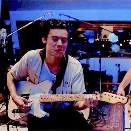 Je Vole Harry Playing Guitar Harry Being Harry Pinterest