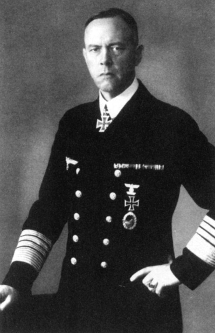 Erich Raeder procuraba mantenerse distanciado de los nazis. A pesar de las presiones, conservó el saludo naval tradicional alemán.