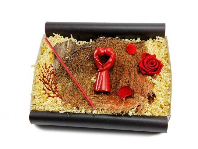 """Fair Trade Geschenkbox mit afrikanischer Figur """"Kuss der Liebenden"""" mit Bananenblatt - Valentinstag - Anlass - ideas in boxes - dekorierte Geschenkboxen"""