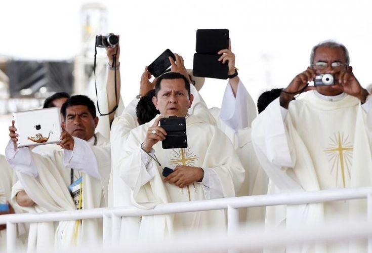 7. juli 2015 - Præster samles for at tage billeder af Pave Frans, da han ankommer til Los Samanes Park i Ecuadors største by, Guayaquil. Foruden Ecuador skal Pave Frans også besøge Paraguay og Bolivia under sit ophold i Sydamerika. Foto: Scanpix