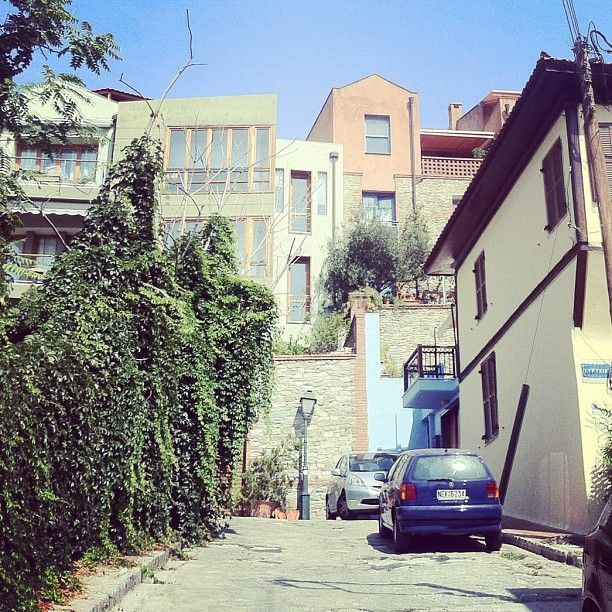 Some of the modern houses of Ano Poli compete with the old ones in beauty. (Walking Thessaloniki, Route 09 - Upper Town a)