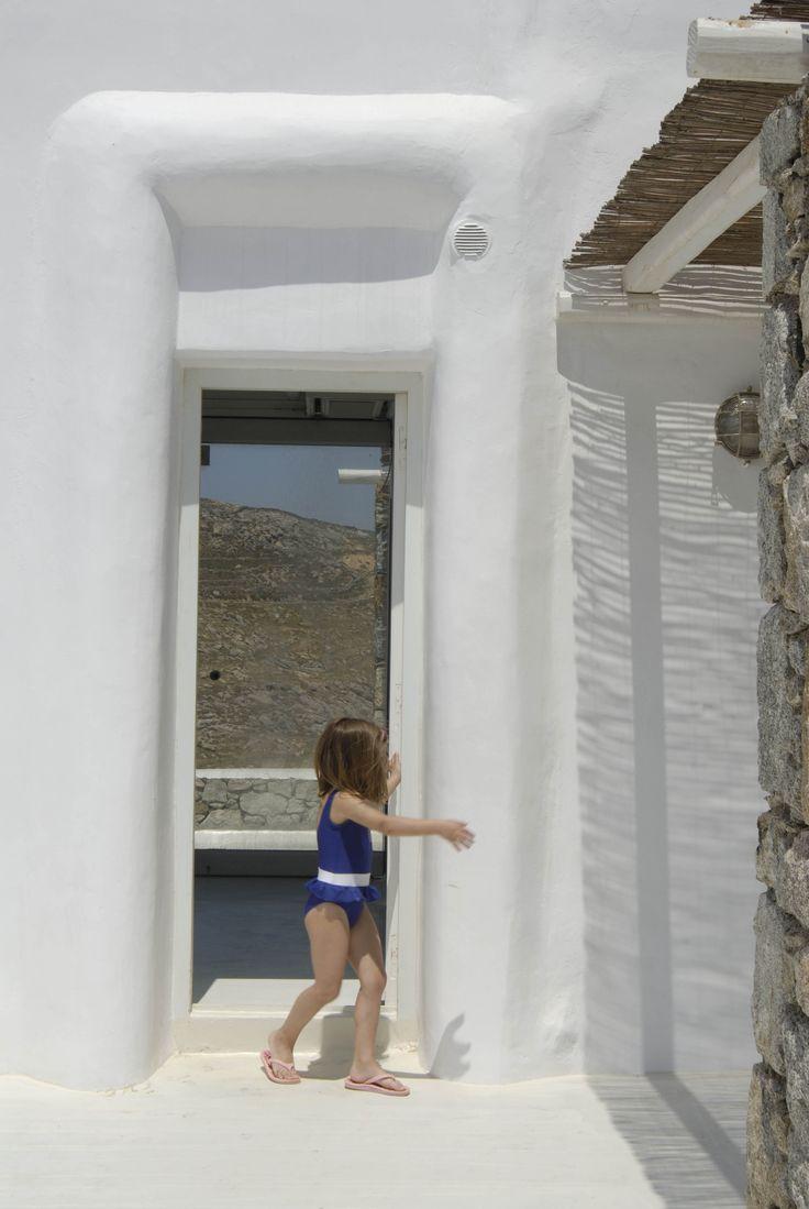 Συγκρότημα 5 εξοχικών κατοικιών με ιδιωτικό περιβάλλοντα χώρο για κάθε κατοικία. Mykonos, Ano Mera. Complex of five small villas, enjoying different directions and views, privacy and separate outdoor spaces and gardens.