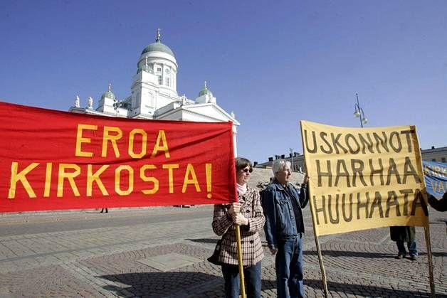 Ateistien mielenilmaus oli Senaatintorilla maaliskuussa 2007. Samaan aikaan Tuomiokirkossa oli valtiopäivien ekumeeninen avajaisjumalanpalvelu