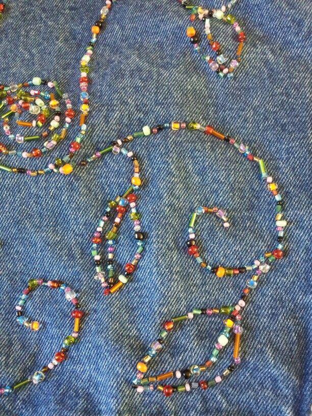 Geborduurd spijkerjasje met mini kraaltjes in bloempatroon. Verkrijgbaar in maat L bij www.sonshineshop.nl