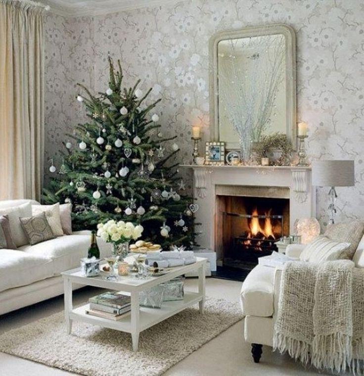 Elegantní vánoční viktoriánské obývací pokoj s jednoduchými vánočního stromu a třpytivé bílé ozdoby, interiéru a dekorace, 1161x1200 pixelů