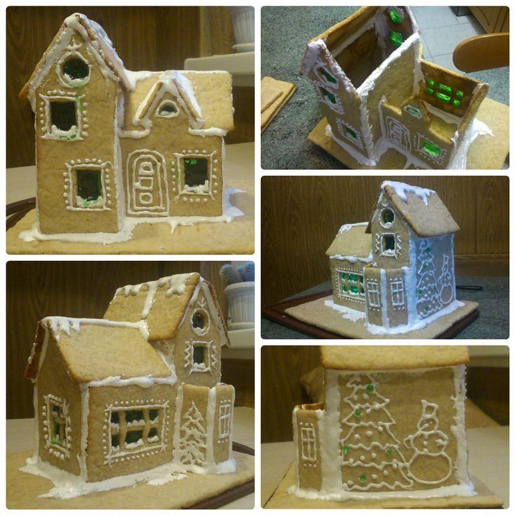 """Пряничный домик (Gingerbread House)  Имбирное тесто: http://andychef.ru/recipes/ginger-cookies/ (достаточно одной порции)  Карамель на окна: 5 ст.л. сахара, 2 ст.л. воды, цветной краситель. Варить на маленьком огне 5-7 минут, не помешивать, снять с огня, когда начнёт загустевать. Если недоварить, карамель будет мягкой и станет """"стекать"""" с окон.  Сахарная глазурь: белок 1-го яйца (взбить), 100гр сахара, 1 ч.л. лимонного сока."""