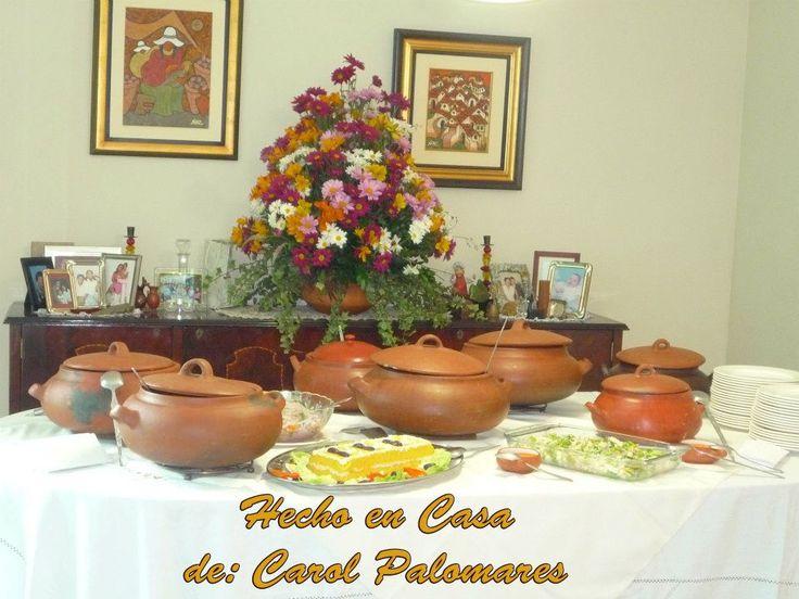 Buffet criollo en ollas de barro con decoraci n floral for Decoracion de jardin con ollas de barro