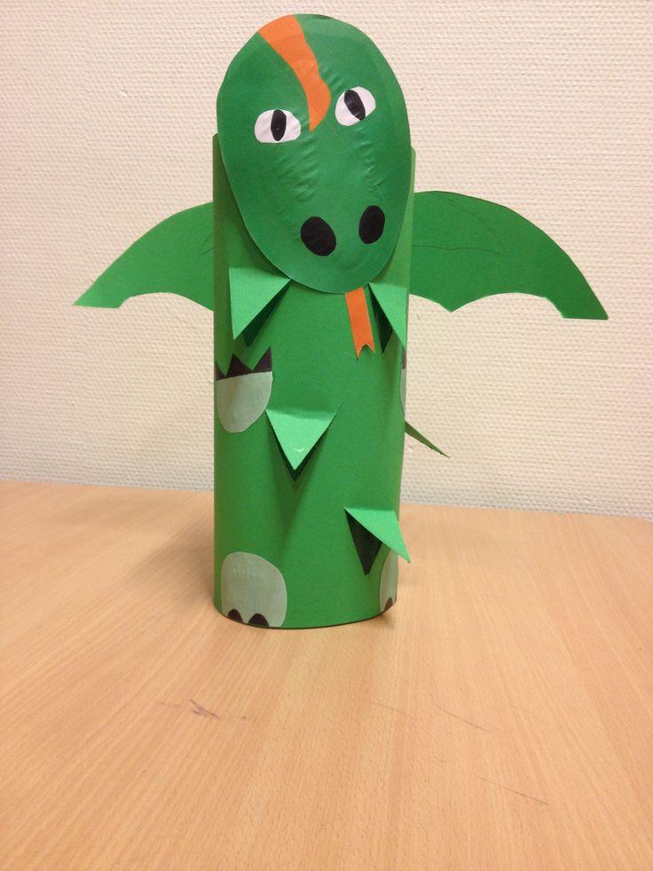 Dragón con rollos de papel higiénico.