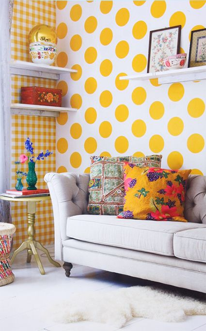 happy yellow polka dot wallpaper living room pinterest die besten ideen zu punkt und tapeten. Black Bedroom Furniture Sets. Home Design Ideas