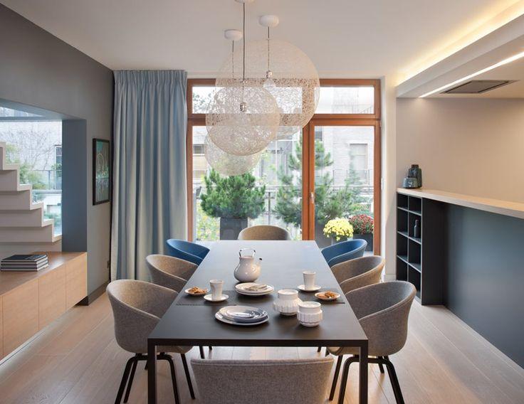 Nowoczesna jadalnia z wąską kuchnią - Architektura, wnętrza, technologia, design - HomeSquare