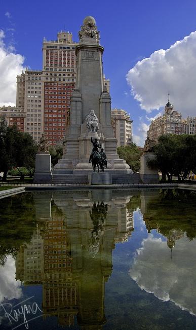 Plaza de España, uno de las paradas obligatorias para los grupos turísticos a dos pasos del Museo Cerralbo, y su famoso Monumento a Cervantes, Madrid, España