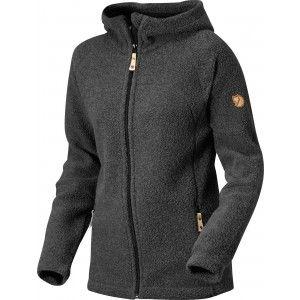 Flot og varm fleece med 65% temperaturregulerende uld. Hætte, lommer, faconsyede ærmer.