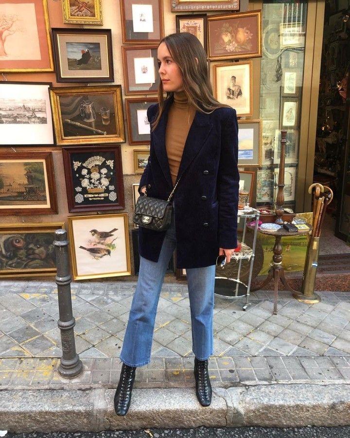 @Frenchgirldaily Brauner Rollkragenpullover, Dunkelblauer Blazer, Crop-Jeans mit Schnürung, Schnürstiefel // @Helenacuesta