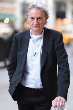 Paul Smith es un diseñador de moda Inglés, cuyo negocio y su reputación se basa en su ropa de hombre. Él es a la vez un éxito comercial y muy respetado dentro de la industria de la moda.