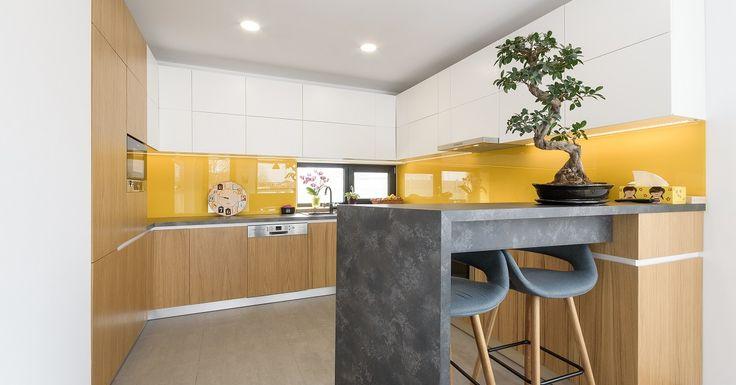O bucătărie simplă, cochetă şi compactă, în care spaţiul este valorificat la maxim. Mobilierul de bucătărie este modern, liniar, fără mânere sau ornamentaţii, un design simplu şi minimalist. O mică peninsulă, creează o zonă de bar cu scaune înalte şi…