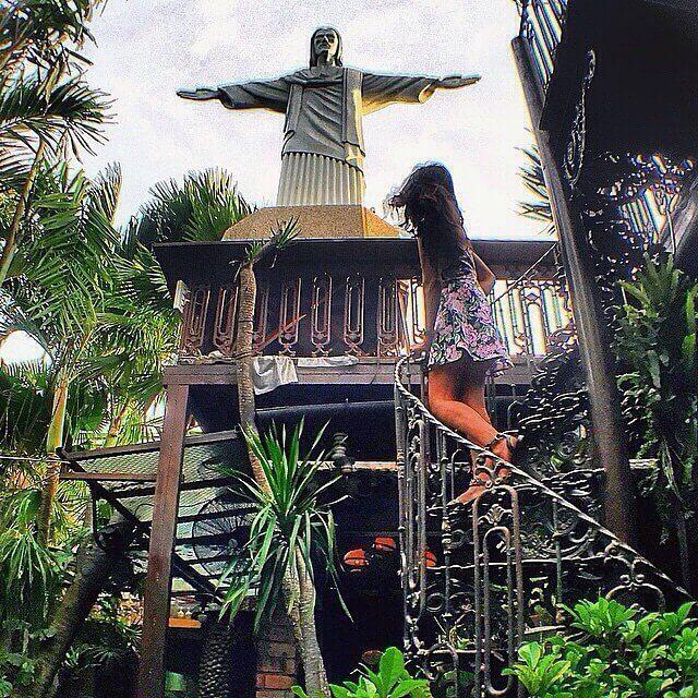 La Favela adalah kawasan kumuh di Brasil, oleh sebab itu kamu bisa menemukan sentuhan dekor Brasil di sini. Seperti Patung Yesus yang terkenal di Rio De Janerio. Photo credit: IG @hernapardede