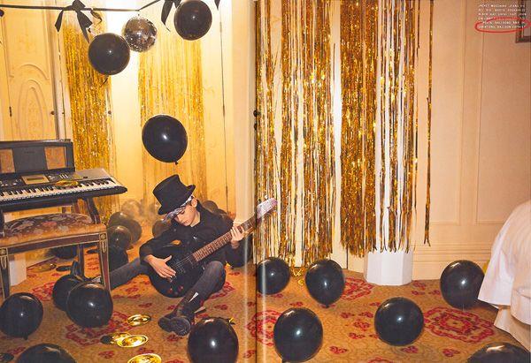 Balloon Express Rocks!Tra le stanze di un albergo di lusso come una vera rock star:  il look dark anni 80 prende vita tra palloncini neri e decorazioni dorate!