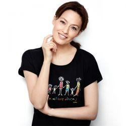 Magdalena Różczka w koszulce swojego projektu dla akcji charytatywnej Endo!