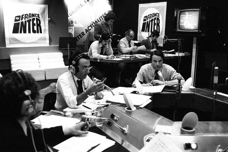 """L'INA avec Photoservice.com - Yves Mourousi et les chroniqueurs de l'émission """"Inter actualités"""" lors du deuxième tour des élections législatives"""
