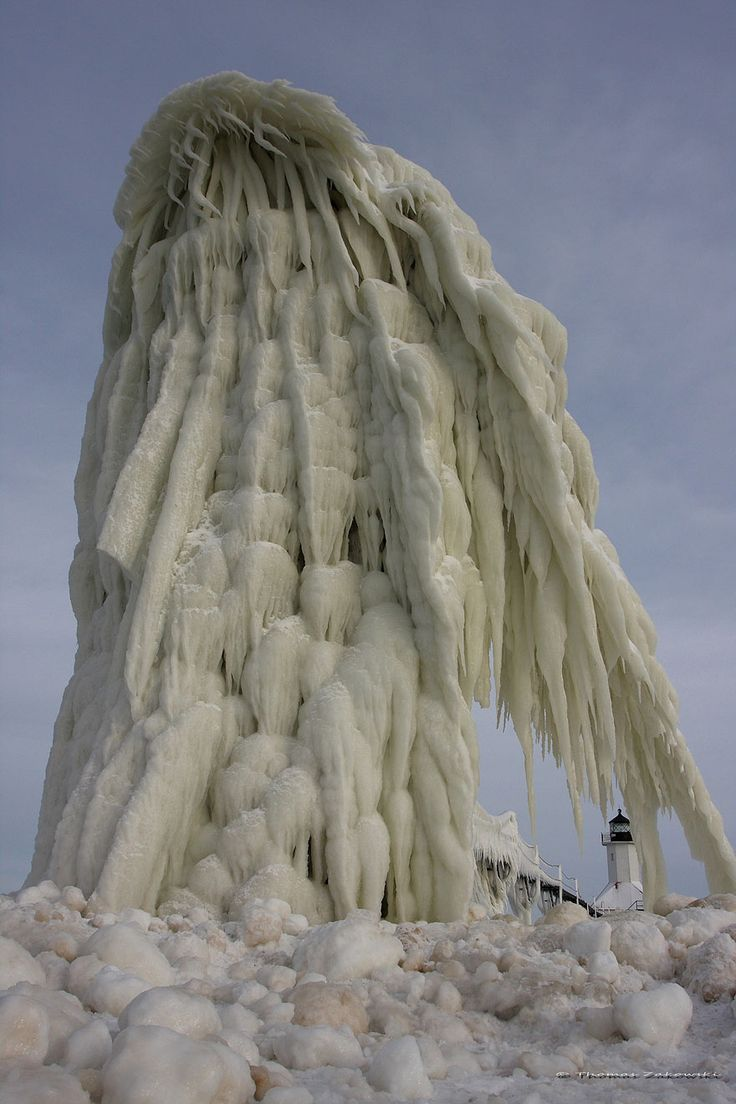 phares geles du lac michigan 4   Les phares gelés du Lac Michigan   stalactite photo phare narnia Michigan image glace gel