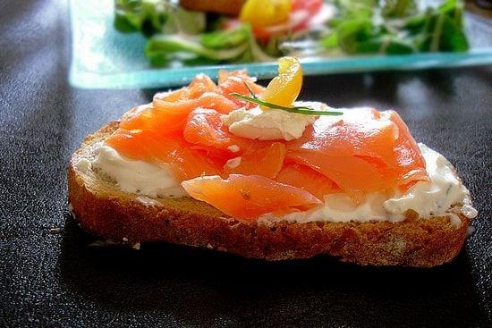 Recette de Bruschette au saumon fumé, fromage frais et mâche : la recette facile
