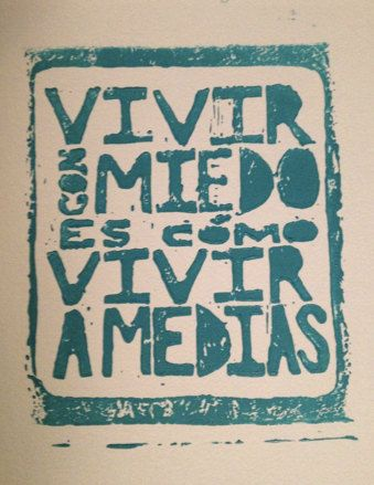 """""""Vivir con miedo es como vivir a medias"""" linoleum block print wall art. $22 on etsy. spanish proverb quote that means """"a life lived in fear is a life half-lived"""""""