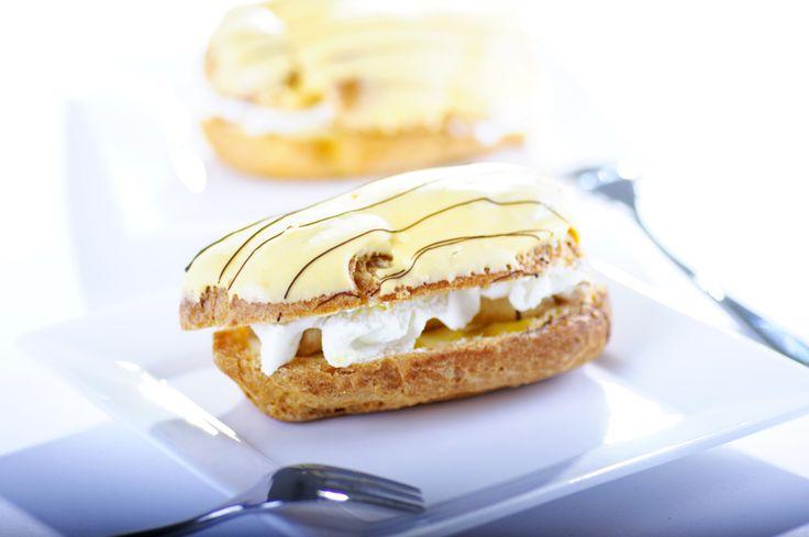 Een tikje ouderwets, maar onwijs lekker: zo maak je zelf een bananensoes! Begin met het soezendeeg. Verwarm je oven voor op 200 graden en spuit het deeg in 'reepjes' van ongeveer tien centimeter lang op een met bakpapier beklede bakplaat. Bak in 20-25 minuten goudbruin. Doe vervolgens de melk met de banaan in een pan …
